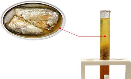 青魚のサラサラ油がいっぱい入った試験管の写真
